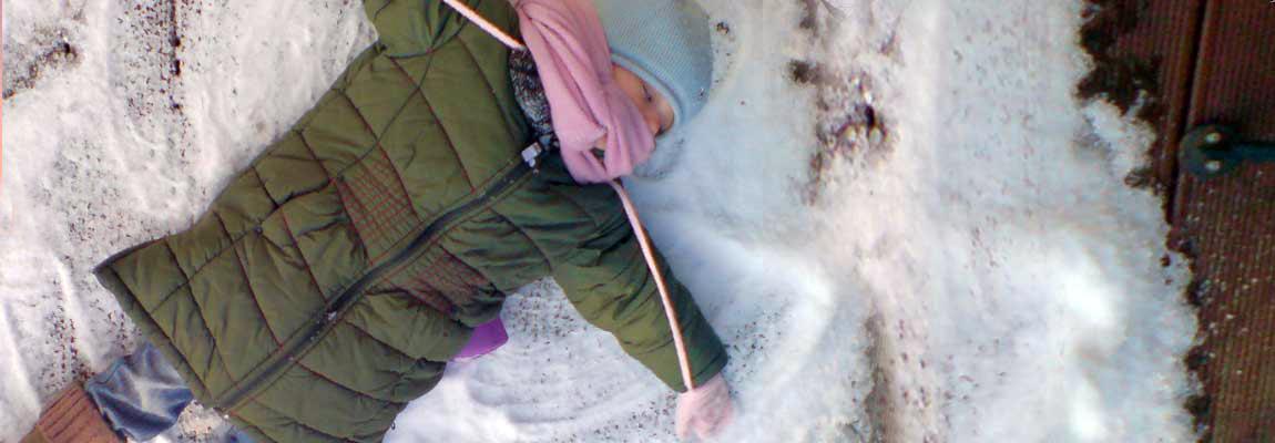 Kind im Schnee Herchenhain Vogelschmiede